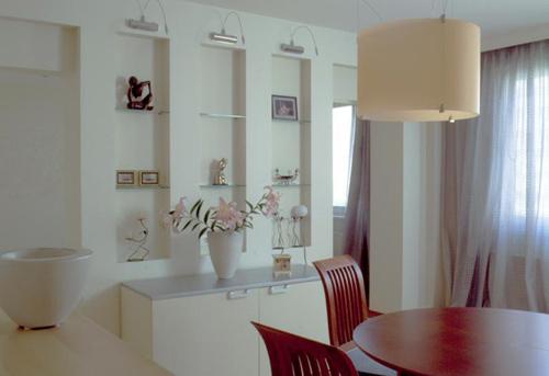 Встроенные полки из гиспокартона на кухне