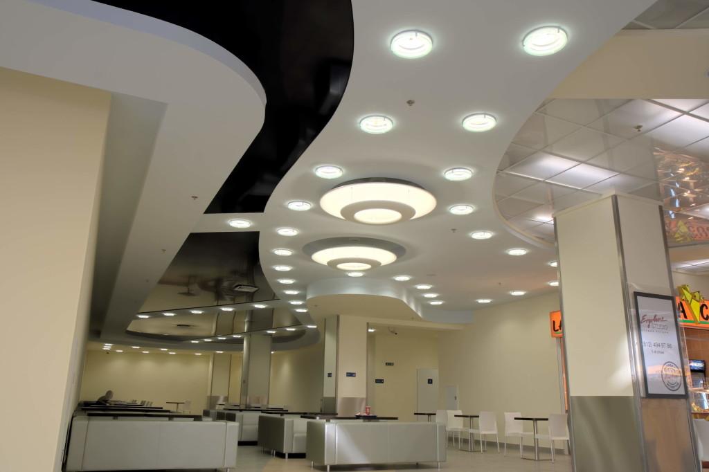 Многоуровневый потолок с точечными светильниками