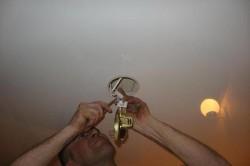монтаж светильников на потолке