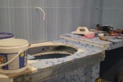 Процес оклейки столешницы мозаичной плиткой