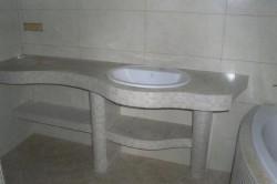 Столешницы в ванной часто обклееваются мозаичной плиткой