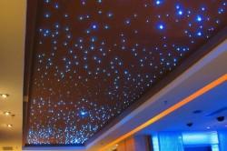 """Вы можете создавать целые созвездия на потолке спальни или детской. Миниатюрные галогенные светильники типа """"звездное небо"""" занимают очень мало места (до 4 см), а светят как настоящие звезды, искристо и живописно."""