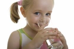 Употребление жидкости при запорах у детей